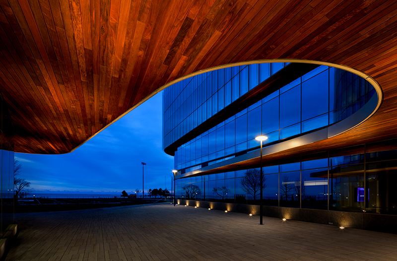 exterior shot 的 the global hub in the evening