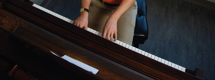 Image 的 a person playing a piano.